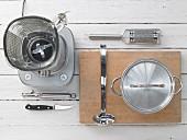Küchenutensilien für Cremesuppenzubereitung