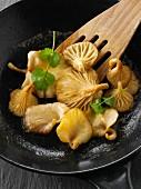In Butter sautierte gelbe Austernpilze in einer Pfanne