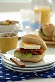 Brötchen mit Ei und Bacon, Tomatenrelish und Orangensaft (Australien)