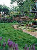 Hanggarten mit Trockenmauer, Bachlauf neben Kiesweg