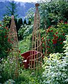 Klettergestell aus Bambusstäben und Korbweidengeflecht