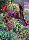Terracotta - Turm m. Carex hachijoensis 'Evergold' / Buntsegge