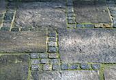 PFLASTERUNG aus Granitplatten UND