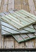 Diverse Holzfliesen auf Dielenboden