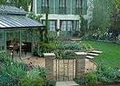 Sommergarten mit Glassommerhaus, Rasen, Treppe,