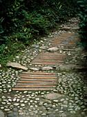Weg aus Kieselsteinen und Ziegeln