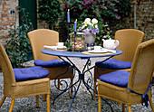 Sitzplatz im Innenhof, Kaffeetafel und Strauß aus Rosen und