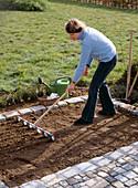 Aussaat Feldsalat: 1. Step: Beet mit dem Rillenzieher vorbereiten