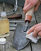 Handschaufel mit Waffenöl reinigen und desinfizieren