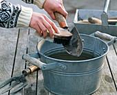 Handgabel und Schaufel im Herbst reinigen
