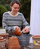 Tontöpfe mit Essigwasser reinigen