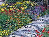 Mosaik-Weg von Maggy Howarth durch ein buntes Staudenbeet