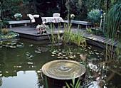 architektonischer Teich mit Holztreppe