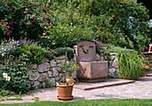 Hanggarten mit Natursteinmauer