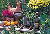 Herbstarrangement mit Hopfen und Chrysantheme