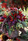 Strauß mit Peperoni, Salvia, Calluna, Hedera, Verbena