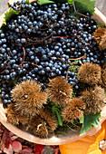 Schale mit Weintrauben und Esskastanien