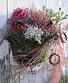 Rostfreier Wandkorb aus Draht (Wirework), Pernettya macronata, Calluna vulgaris