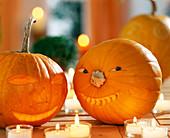 Halloween im Zimmer - Lustige geschnitzte Kürbisgesichter