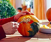 Halloween Gesicht selbst gemacht - Kürbis aushöhlen