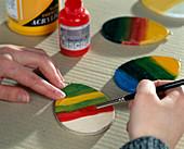 Osterei-Anhänger aus Holz bunt lackiert