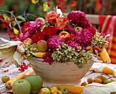 Schale mit Gesteck aus Hydrangea / Hortensien, Dendranthema / Herbstchrysanthemen,