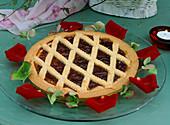 Linzertorte mit Rosenblüten und Hydrangea / Hortensienblüten