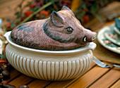 Wildschweinterrine aus Porzellan