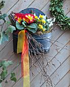 Blechschale als Wandgefäß Primula acaulis / Kissen-