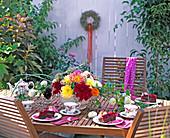 Tischdekoration; Suppenterrine mit Dahlia-Hybr./ Dahlien,