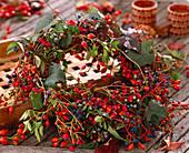 Beerenkranz; Rosa / Hagebutten von verschiedene Wildrosen, Euonymus / Pfaffenhütchen