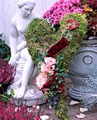 Mooskranz in Herzform mit Rosenblüten