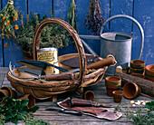 Korb mit Gartengeräten