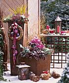 Weihnachtliche Terrassen-Dekoration in Rost-Gefäßen