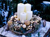 Schale mit Pinus / Kiefernzapfen, Abies procera / Nobilistanne, Asparagus / vergold