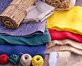 Materialien für den Winterschutz: Strohmatte, Vlies weiß und grau, Rupfen bunt,