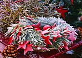 Kranz aus Pinus / Seidenkiefer mit roten Sternen, Kugeln, Pinus / Pinienzapfen,