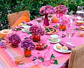 Kaffeetafel in lila / rosa