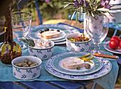 Gedeckter Tisch mit Käse, Olea / Oliven