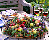 Table wreath in the basket with fruits
