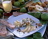 Vorspeise mit Birnen, Walnüssen, Gorgonzolakäse, Ciabatta