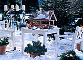 Vogelfutterhaus, weiße Holzgarnitur, Metallständer mit Adventskranz, Vogelfutter