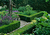 Beete eingefasst mit Buxus (Buchs), Salbei (Salvia officinalis), Erodium (Reiherschnabel) , Schwengelpume, Gießkanne und Eimer