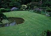 Rasenfläche mit Gartenteich