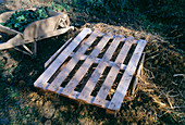 Gemüselager in der Erde 4. Step: Mit Holzgitter abdecken