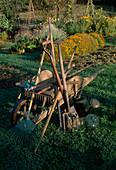 Gartengeräte : Schubkarre, Rechen, Spaten, Grabgabel, Laubbesen, Kultivator, Hacke, Heckenschere, Giesskanne, Glasglocke, Handschuhe