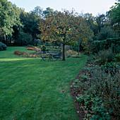 Sitzplatz auf den Rasen unter Castanea sativa (Marone, Esskastanie) am Teich
