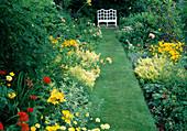 Anthemis 'E. C. Buxton'(Färberkamille), Mentha variegata (Ananasminze), Lilium (Lilien), Origanum 'Aureum' (Gold-Oregano), Rasenweg führt zu weisser Bank
