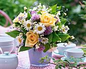 Frühsommerstrauß mit Rosen, Margeriten und Maiglöckchen