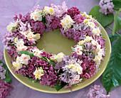 Tellerkranz aus Flieder und Kastanienblüten